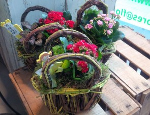 Cestas de mimbre con flores