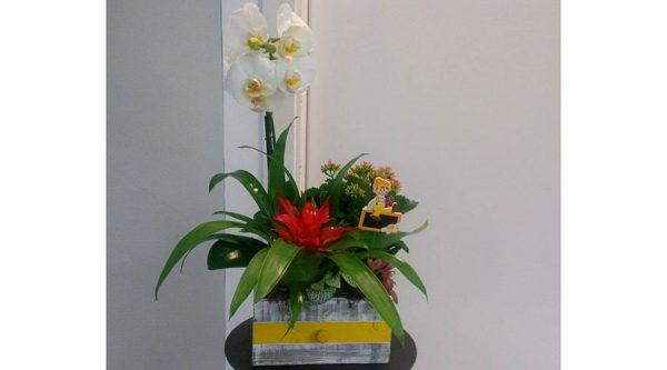 Centro de flores para nacimiento