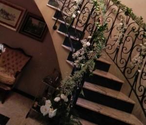 Decoración de escalera con flores